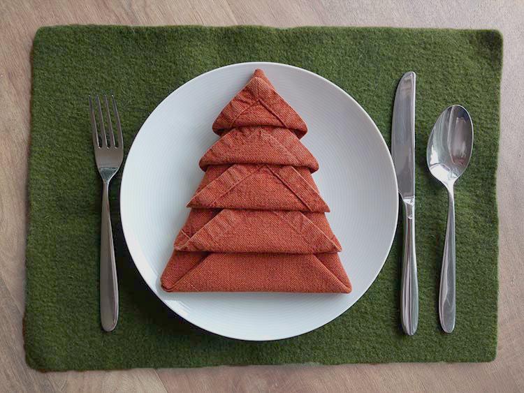 Tovagliolo piegato a forma di albero di Natale